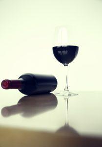 rotwein flasche mit glas / red wine bottle and glass